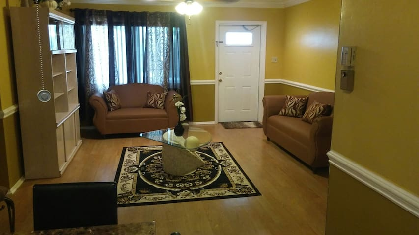 Cozy 2BD 2Bath w/parking included in Ft Lauderdale - Tamarac - House