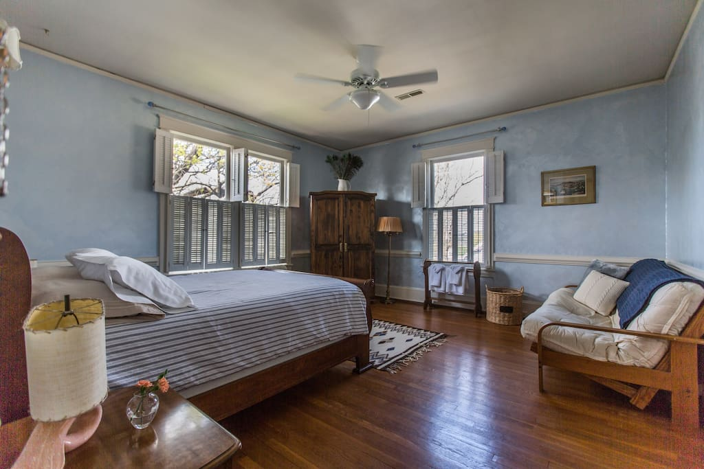The Comfortable Queen at West Park Gardens features a queen-size sleigh bed, additional futon and large, bright windows. For larger parties, please book the Master Suite and the Spacious King in downtown Culpeper.