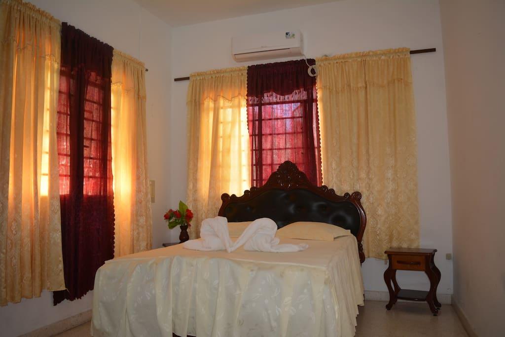 Habitacion 2,consta de una cama matrimonial con gran confort,aire acondicionado,luz artificial y natural,baño privado,fricer y otras comodidades.
