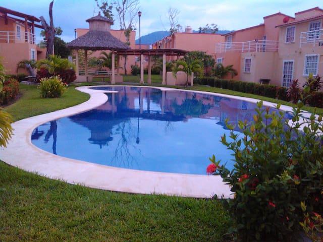 Casa de vacaciones con alberca, cerca de la playa. - Zihuatanejo - Casa