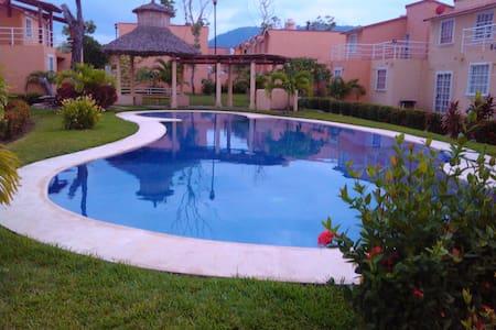Casa de vacaciones con alberca, cerca de la playa. - Zihuatanejo - Dom