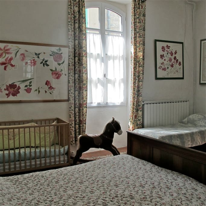 grande chambre familiale: 2 grands lits, un lit simple,un lit bébé