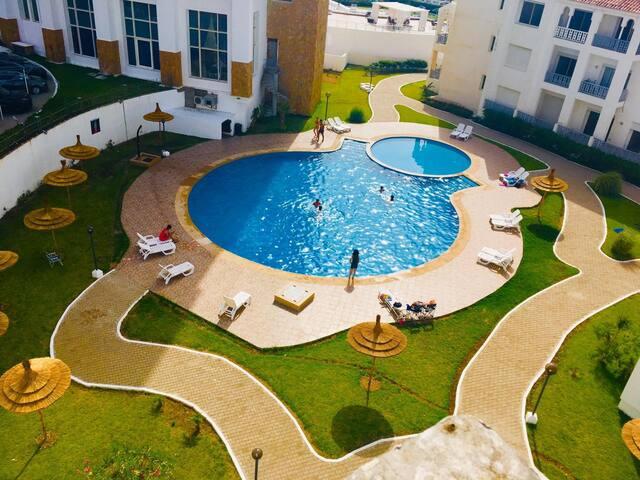 Bel appartement  avec piscine au bord de la mer.