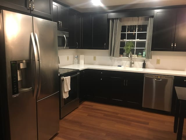 Cozy, Pet-friendly Private House near downtown