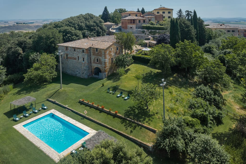 FARMHOUSE NEAR THE VILLA WITH 5 INDIPENDENT APARTMENTS WITH GARDEN AND POOL