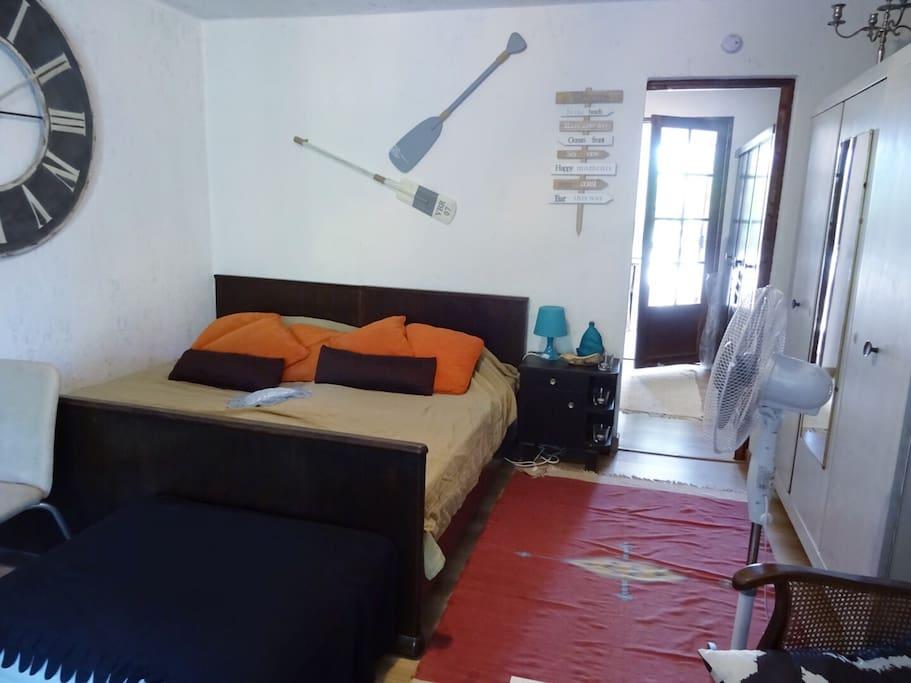 Grand lit jumeau dans la pièce à vivre