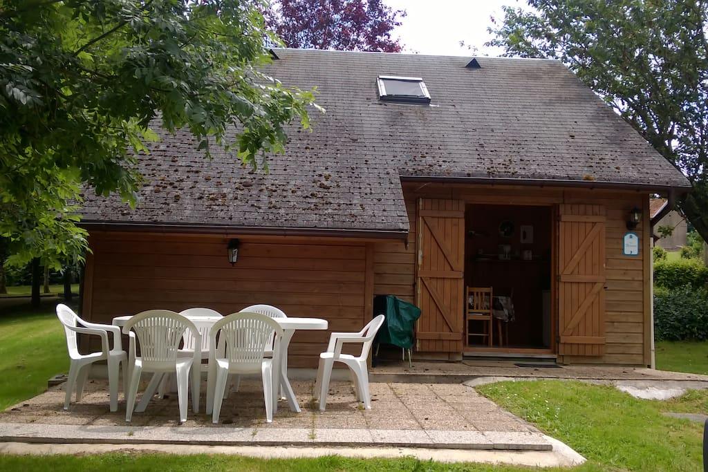 Terrasse avec salon de jardin et barbecue en dur
