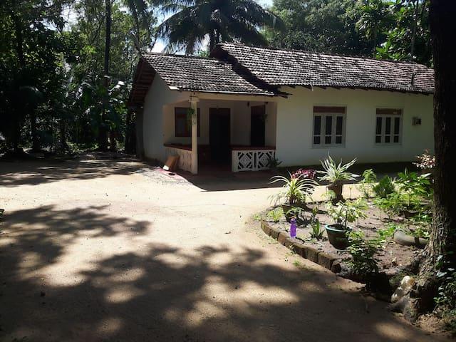 """""""Batta"""" Cosy & Friendly spot Sigiriya Town"""