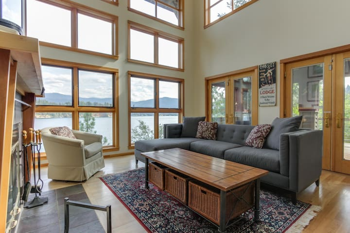 Gorgeous lakefront home w/ stunning views & private dock - dogs ok!