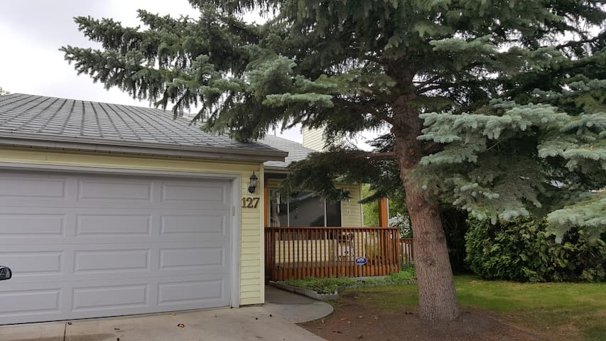 Large corner lot home suited for a young family - Calgary - Wohnung