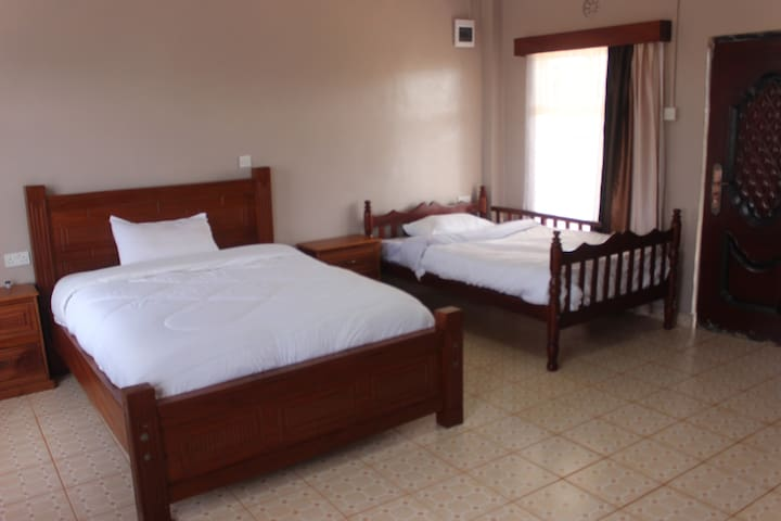A queen-size bed and a small double bed ideal for as many as four guests or a family.