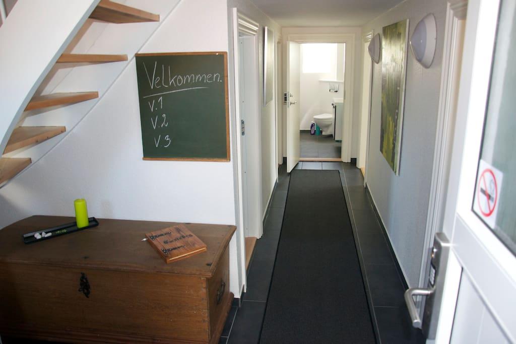 Fordelingsgang med adgang til værelset