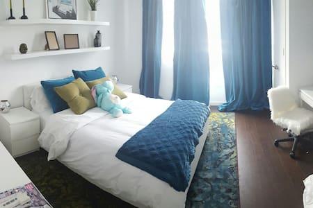 Little italy - blue bedroom - Toronto - House