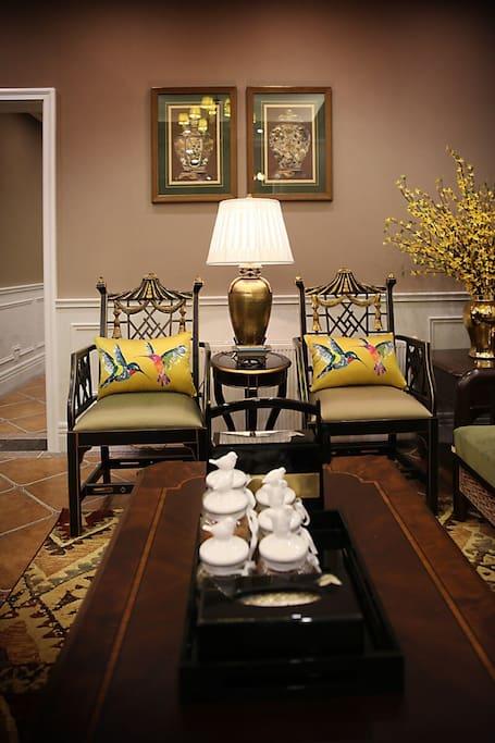 客厅空间宽敞, 一家人可以在此休闲娱乐畅想人生美事!
