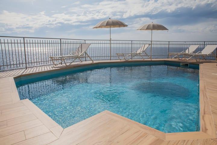 Villa Elizabeth: seawater swimming pool and sea