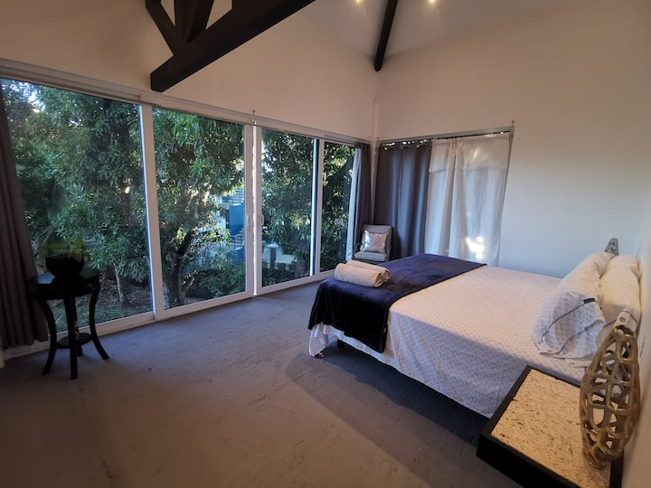 PEACE AMONG NATURE-BEATIFUL VIEWS-KING BED-AC-POOL