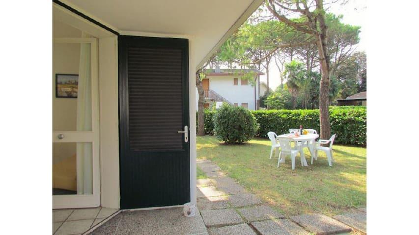 Villa for 8 Guests Near the Beach - Private Garden