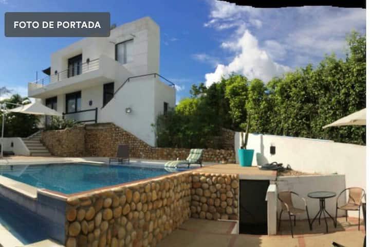 Bella  y moderna casa con piscina 3 cuartos