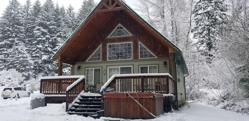 The Alpine Chalet, Ski White Pass, Hot Tub too!