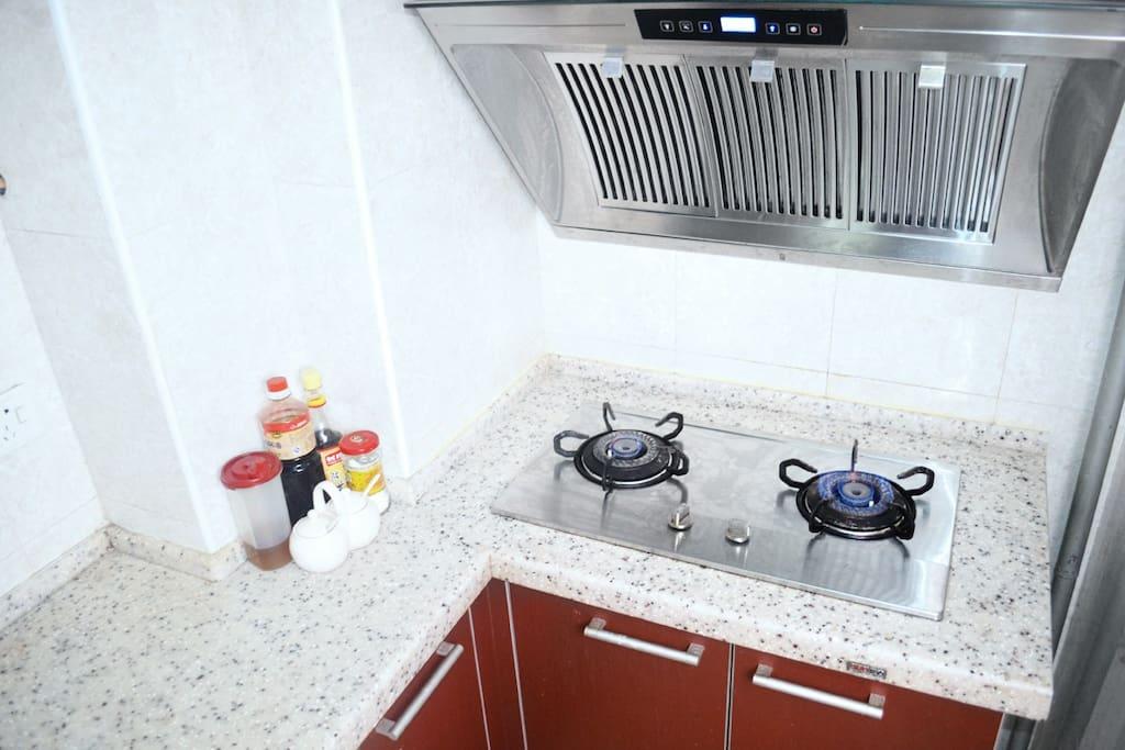厨房(24小时燃气、热水,可做饭)