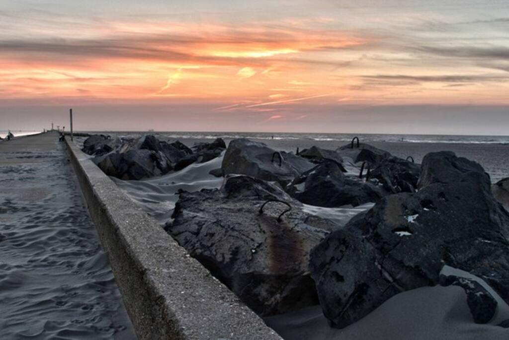 de bekende pier van Hoek van Holland - heerlijk voor een avond wandeling