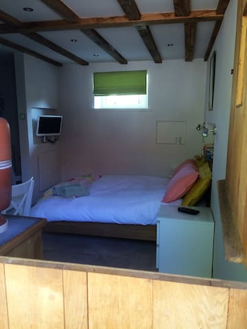 Private B&B unit in enclosed courtyard - Saint-Georges - Pousada