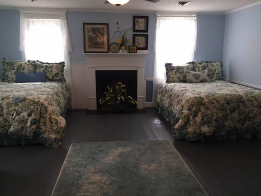 Guest bedroom with 2 queens