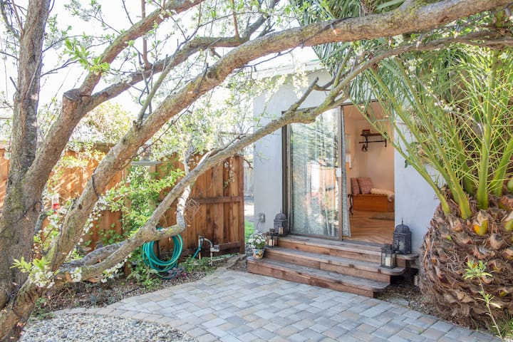 Private cottage in a garden - Sunnyvale