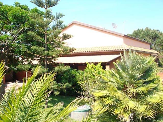 Villa 2 piani a 300m mare. Giardino,parking! - Agnone - Casa de campo