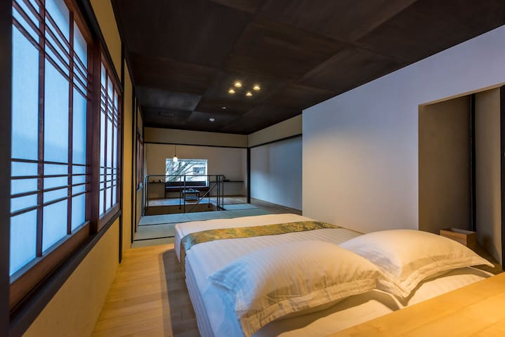 Queen size bed on the second floor of the north side house.北侧2楼的卧室,有一个大床和两个榻榻米日式床垫。