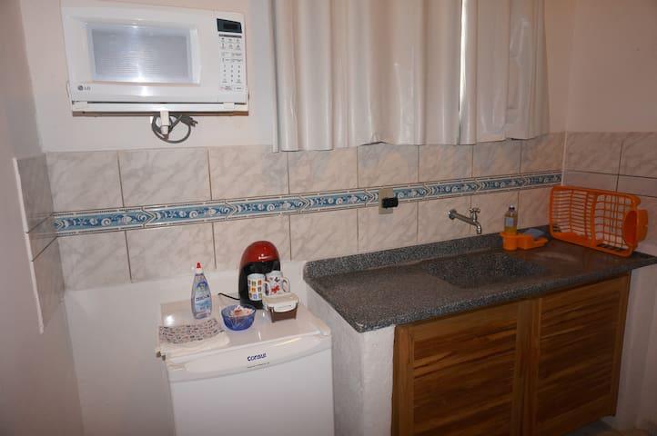 Copa: frigobar, microondas, cafeteira e utensílios básicos