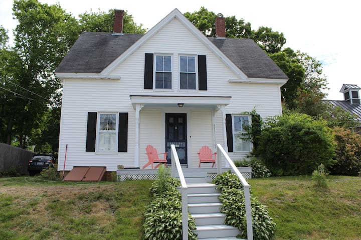Charming OCEAN view cottage! Downtown Belfast