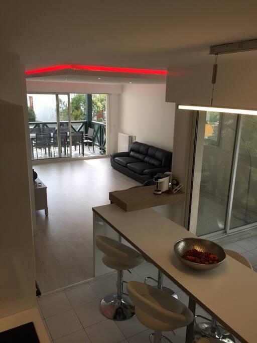 une vue d ensemble depuis la cuisine une table basse a été ajoutée dans le salon