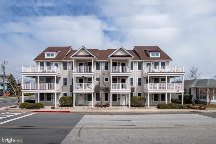 3 Level Townhouse in Downtown OC w/ 2 car garage