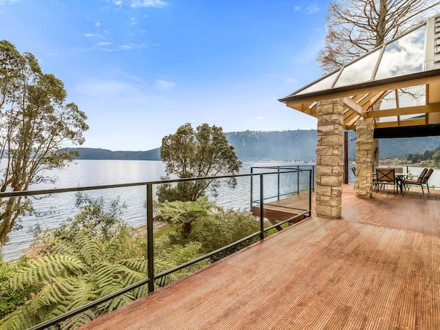 Lakefront Sublime - Spacious Lakefront House with Jetty