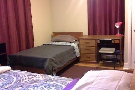 Quiet Room/Home on Former Farmlands - Room #3 - Manchester - House