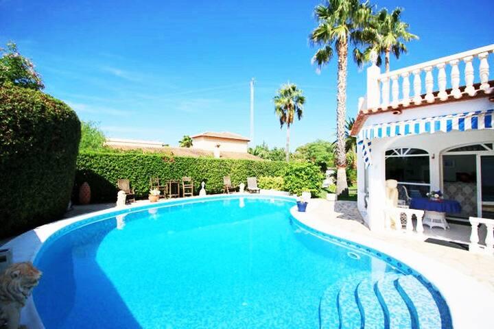 Luxus Villa mit privatem Pool