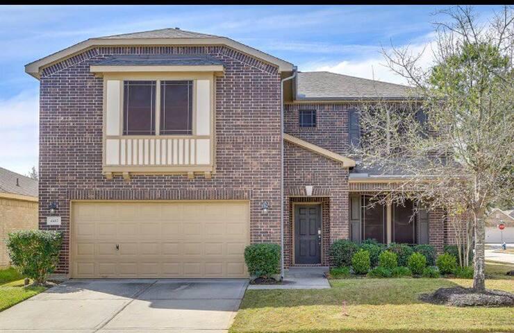 Houston Area TEXAS SIZE Family Home Near IAH