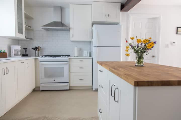 Modern and quiet one bedroom garden apartment