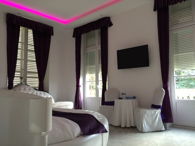 Chambre Romantique, lit rond dans château