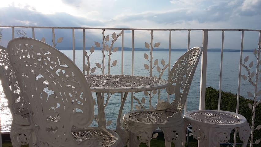 Cosy house direct on the Lake Balaton - Balatonvilágos - บ้านพักตากอากาศ