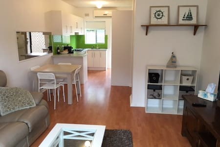 BUDGET BEACHSIDE ACCOMMODATION - Largs North - Appartement