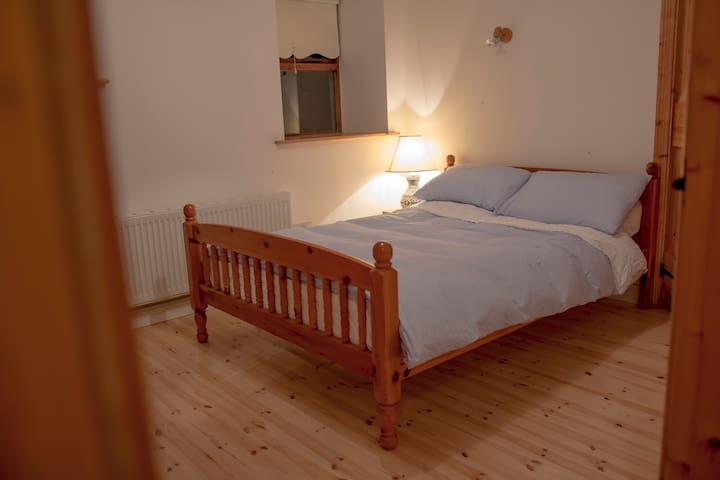 """Bedroom 1: 4'6"""" bed"""