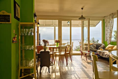 Flat w/sea view & covered patio