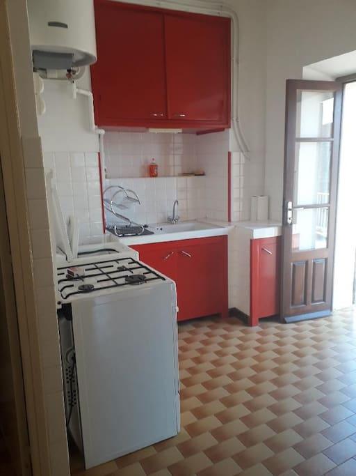 coin cuisine avec gaziniere/four machine à laver
