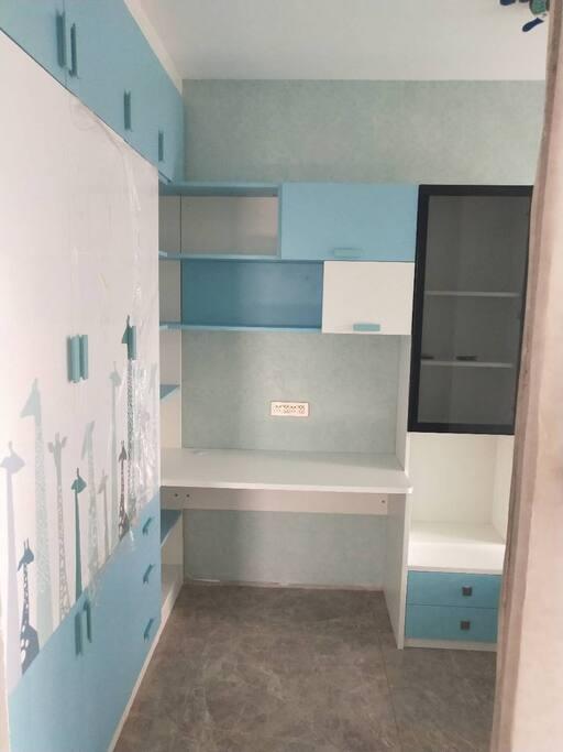 书桌及衣柜,可放置电脑