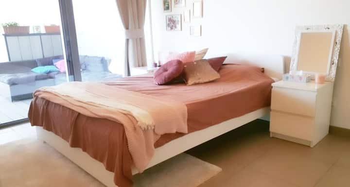 Privékamer met terras in ruim en licht appartement