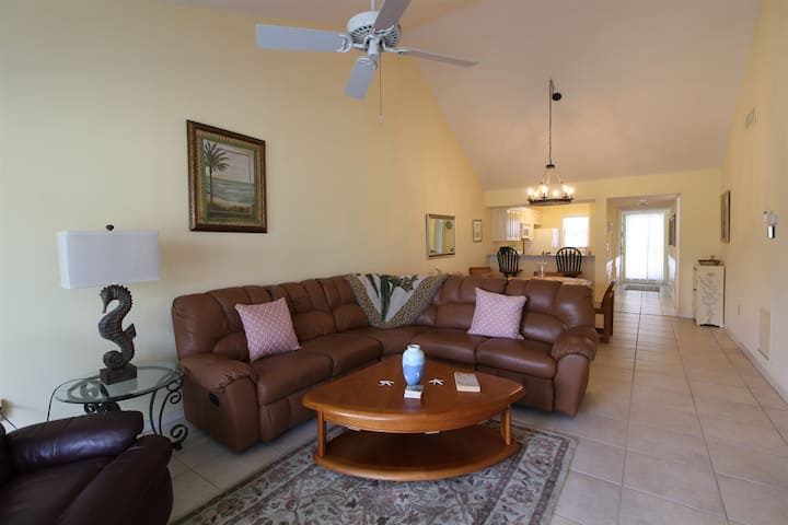 2nd FL 2 BR Unit condo with Vaulted Ceilings in Plantation Golf Club