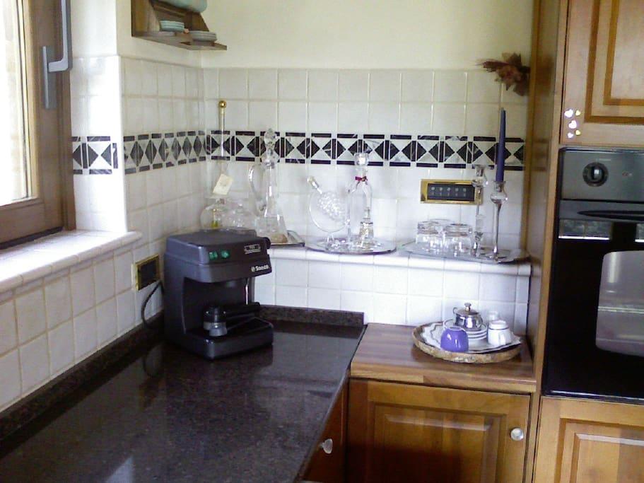 cucina con piano cottura ad induzione, lavastoviglie frigo congelatore