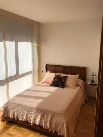 Dormitorio con ropa de verano